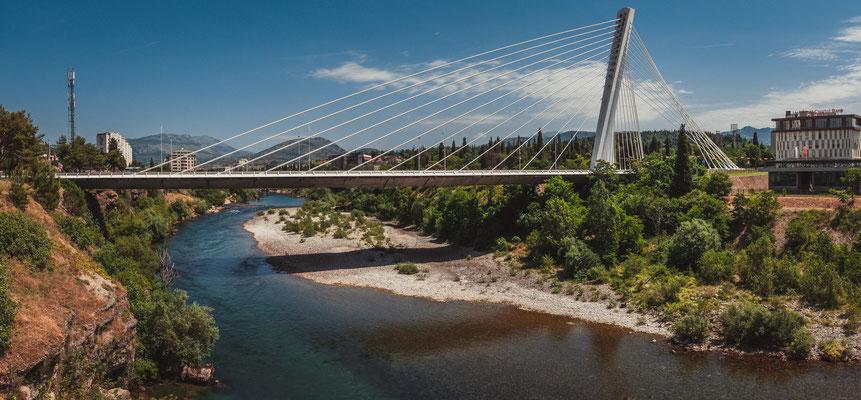 Die Millennium Brücke in Podgorica Montenegro über den Fluss Moraca