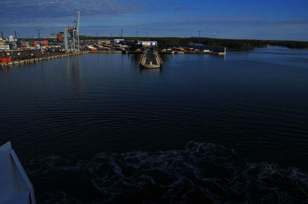 Die Fähre legt in den Hafen von Helsinki an