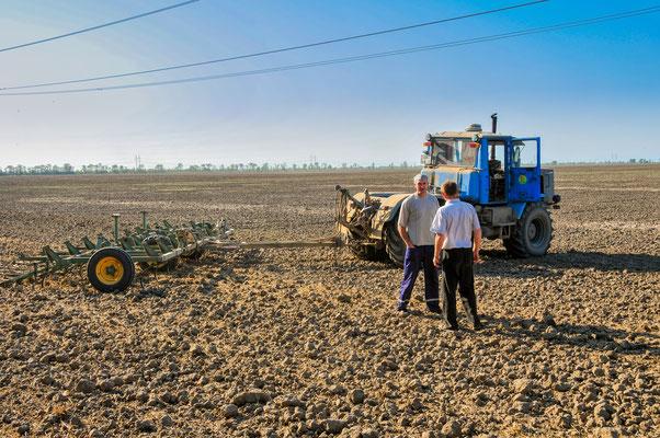 Der Landwirt und seine Mitarbeiter über die kommende Arbeit