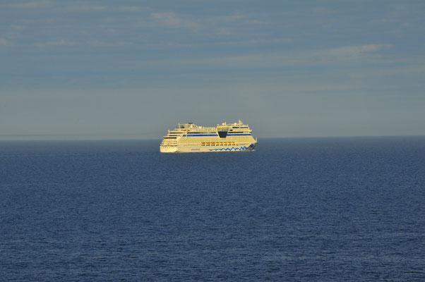 Luxusliner im offenen Meer