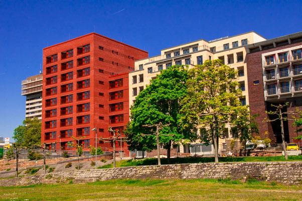 Einzigartige Frankfurter Architektur, Wunderschöne Farbkontraste einiger Wohngebäuden im Osthafen von Frankfurt am Main