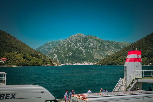 Mit der Fähre von Kamenari nach Lepetane über die Bucht von Kotor in Montenegro Fort Bijeli Pjesak