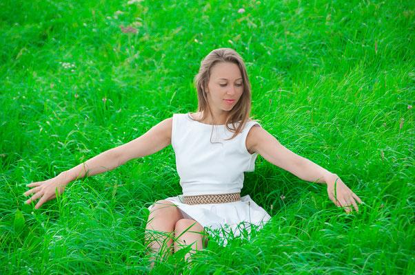 Hübsche junge Russin Russische Frau auf einer grünen Wiese Der Mensch und die Mutter Natur
