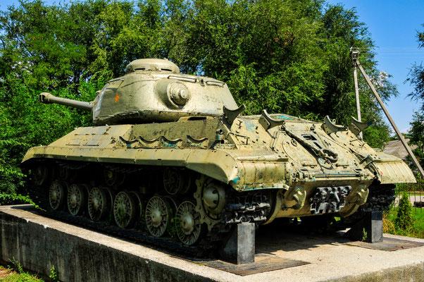 Der erste Panzer in der Verteidigung des Dorfes während eines Angriffes auf Gorjkaya Balka von der deutschen Wehrmacht