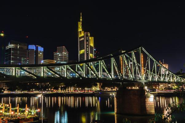 Die bekannteste alte Fachwerk-Brücke in der Nacht Stahl-Brücke Eiserne Steg in der Stadtmitte im Stadteil Sachsenhausen Frankfurt am Main