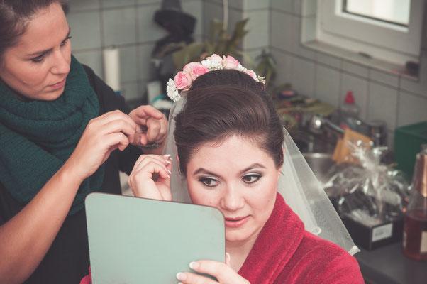 Braut bewundert sich selbst im Spiegel