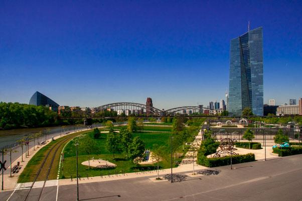 Wunderschöne Aussicht auf die Europäische Zentralbank und die Neu-Siedlung von Frankfurt am Main Osthafen-Siedlung