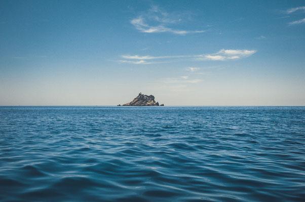Blick auf die Insel Sveta Nedelja in Petrovac Montenegro