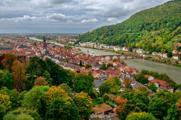 Blick auf die gesamte Stadt Heidelberg, Fluss Neckar und das Heidelberger Schloss