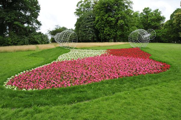Kunst im Blumenbeet