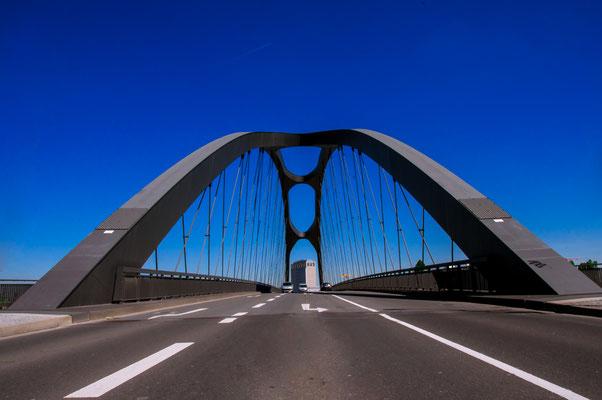Stahl-Konstruktion-Brücke Osthafenbrücke über den Fluss Main, Ansicht aus dem Mittelpunkt