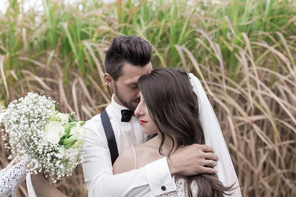Bräutigam umarmt liebevoll seine Braut