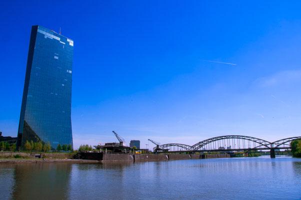 Europäische Zentralbank und die Osthafen-Brücke über den Fluss Main in Frankfurt