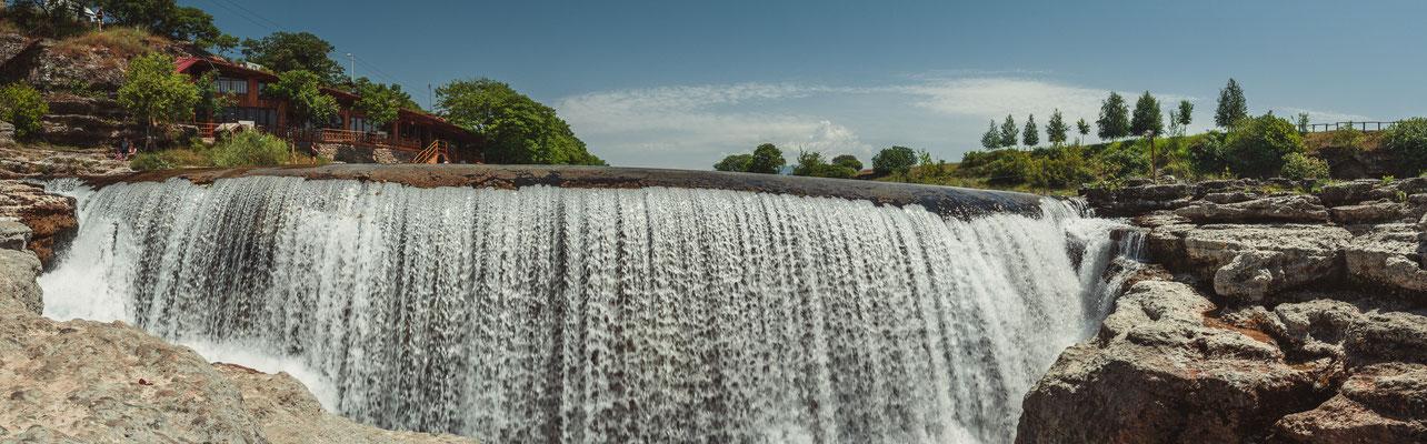 Panorama Blick auf den Wasserfall Niagara in Montenegro, nahe Podgorica - Vodopad Nijagara