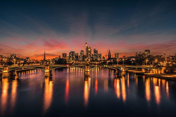 Frankfurt Mainhatten bei Sonnenuntergang von der Brücke