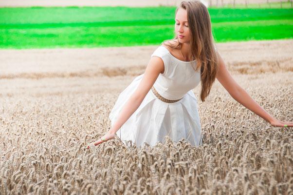 Verbundenheit mit der Natur Dorfmädchen in einem Weizenfeld