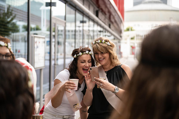 Fotograf oder Videograf für moderne Junggesellenfeier