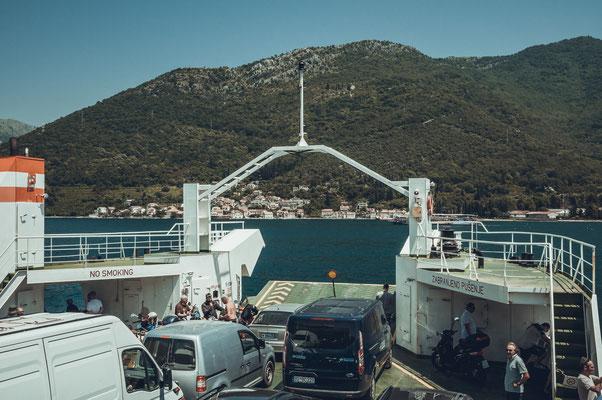 Blick von der Autofähre aus auf die Bucht von Kotor