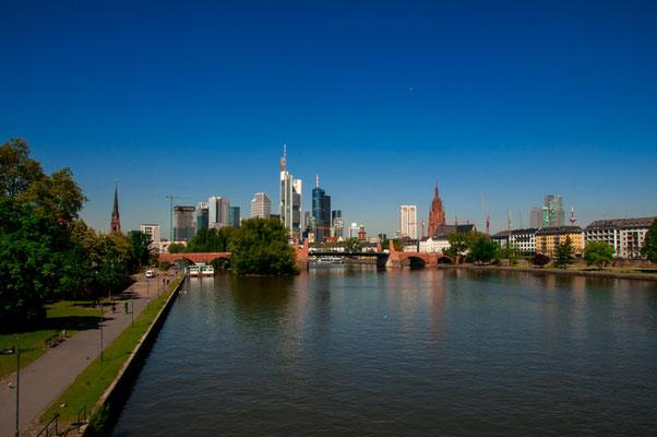 Stadtpanorama der wunderschönen Großstadt Frankfurt am Main in sommerlicher Stimmung, Ansicht von der Ignatz-Bubis-Brücke