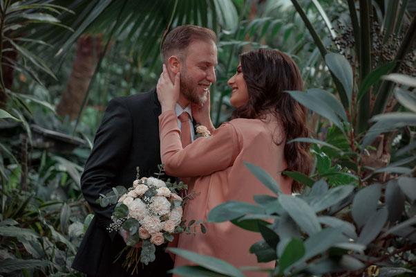 Liebevolle Paaraufnahmen im Botanischen Garten