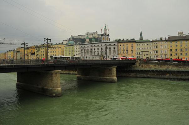 Brücke über den Fluss Salzach in Salzburg
