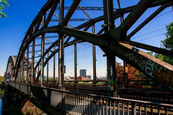 Eisenbahnbrücke Deutschherrnbrücke über den Fluss Main in Frankfurt