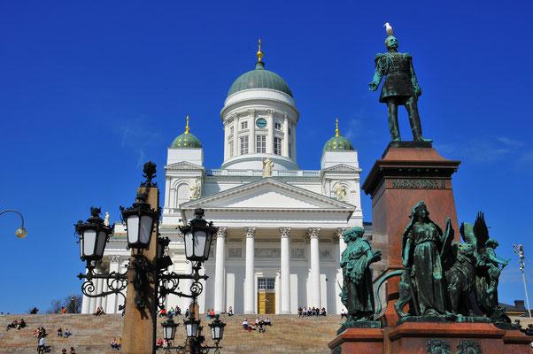 Lutheranische Kathedrale mit Statue des russischen Zaren Alexander II. Auf dem Hauptplatz von Helsinki