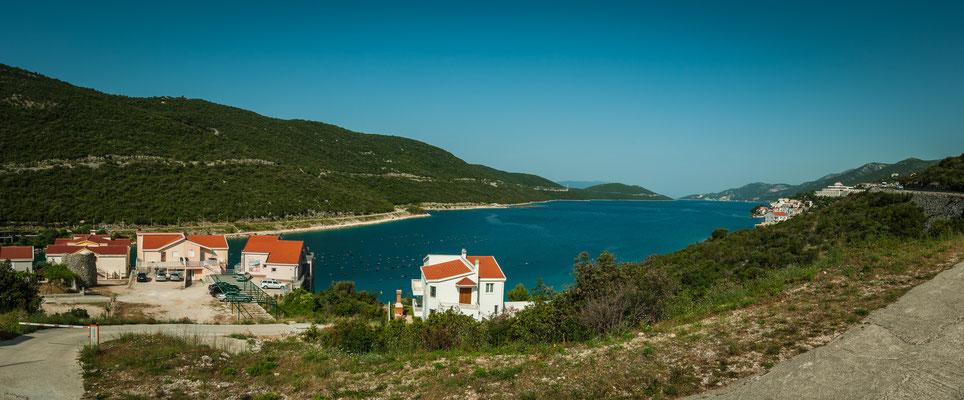 Die Küste von Kroatien am Adriatischen Meer mit typischen weißen Häusern und roten Ziegel-Dächern