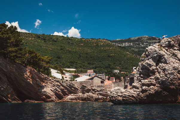 Die Bucht vor dem Kastio castle in Petrovac Montenegro