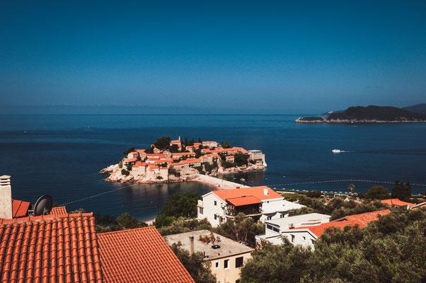 Blick auf die Insel Sveti Stefan in Montenegro