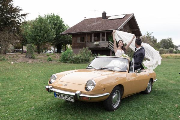Brautpaar Shooting in einem Retro Auto