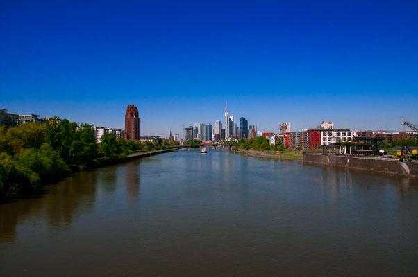 Stadtpanorama der Finanzmetropole Deutschlands Frankfurt am Main von der Deutschherrnbrücke