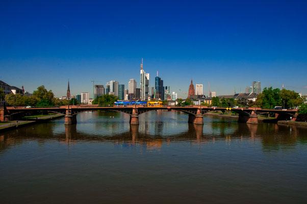Flößerbrücke über den Fluss Main mit einer wunderschönen Stadtpanorama und der Skyline Frankfurt, Ansicht von der Deutschherrnbrücke