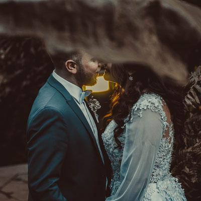 Moderne Hochzeitsfotograf mit jungem Profi Fotografen