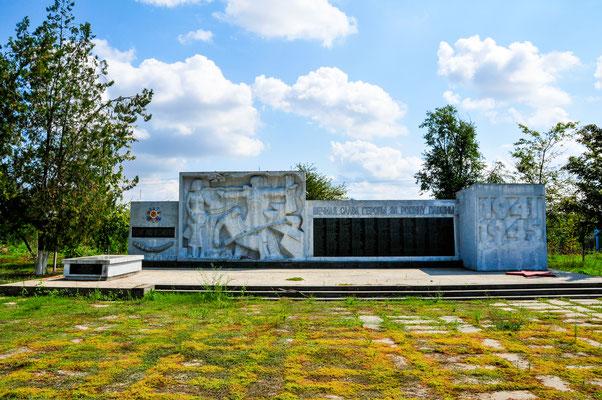 Das Monument an die verstorbenen sowjetischen Soldaten im Dorf eigenen Park