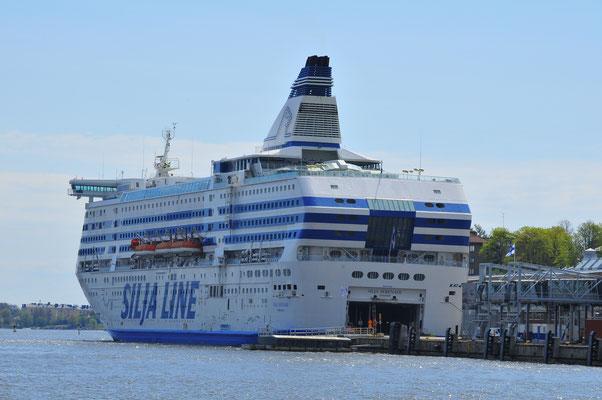 Großes Passagierschiff im Hafen Helsinki