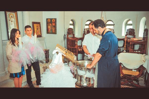 Der Priester bereit alles für die Taufe des Kleinen vor