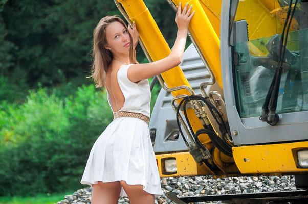 Hübsche wunderschöne junge russische Frau an einem Bagger Foto wir für ein Glanzmagazin Frauen und Technik Baumaschinen