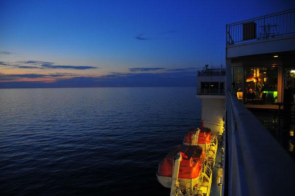 Dämmerung auf dem Deck einer Fähre von Deutschland nach Finnland