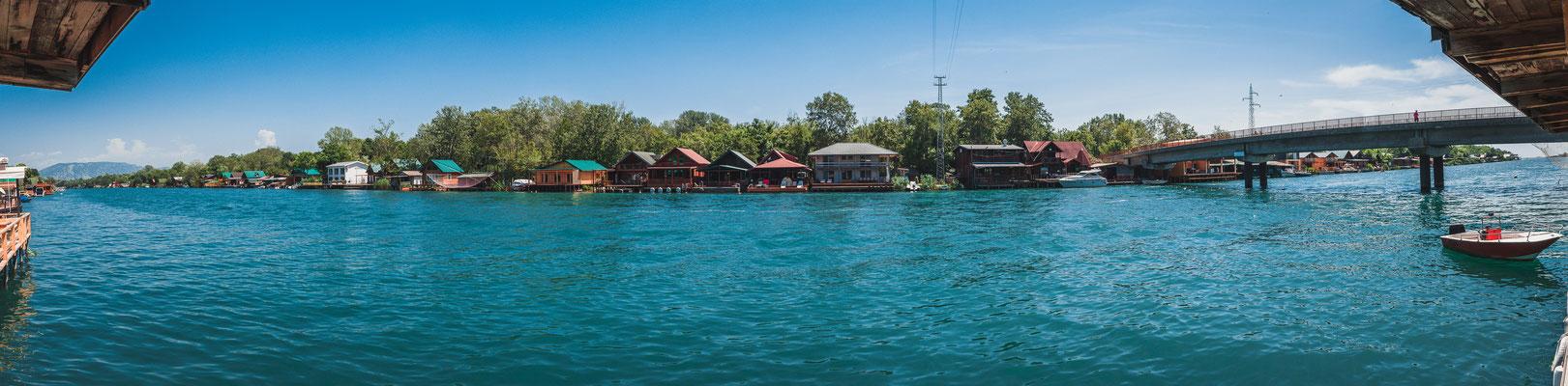 Panorama Blick auf die Restaurants entlang des Flussufers Buna in Ulcinj Montenegro