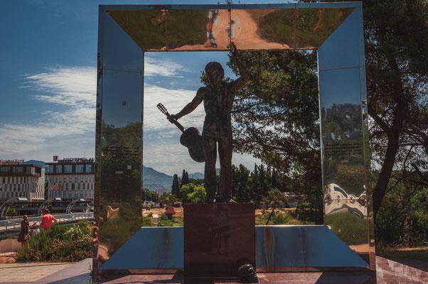Denkmal an den bekanntesten russischen Sänger Wladimir Wysotskij in Podgorica Montenegro