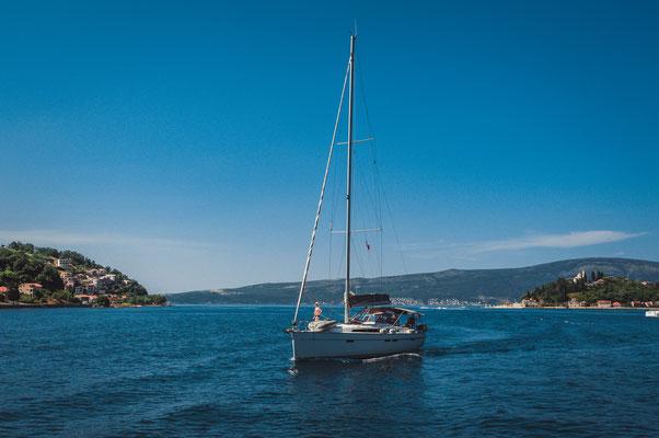 Mein kleines Boot in der mächtigen Bucht von Kotor