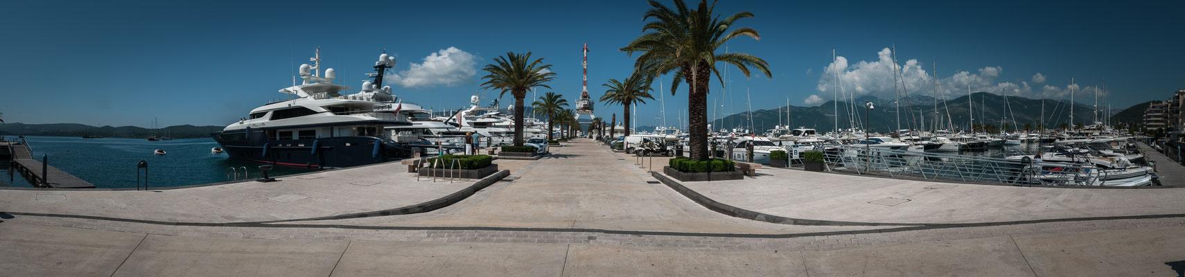 Panorama Blick auf den alten und restaurierten Hafen von Tivat in Montenegro