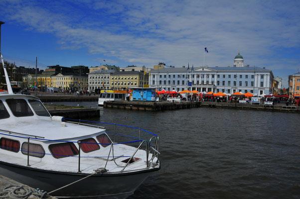 Kleiner Hafen mit privaten Booten in Helsinki