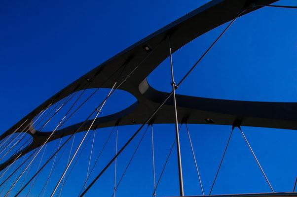 Einzigartige Stahlkonstruktion einer Stahlbrücke Osthafenbrücke