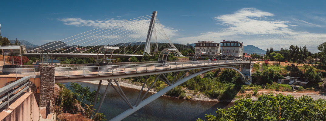 Moskovski Most oder Moskauer Brücke und die Millennium Brücke in Podgorica Montenegro aus einer anderen Perspektive