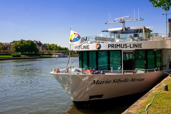 Schifffahrt am Main mit dem Passagier-Liner Maria Sibylla Merian in Frankfurt