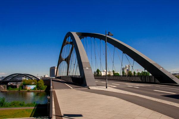 Stahl-Konstruktion-Brücke Osthafenbrücke über den Fluss Main in Frankfurt