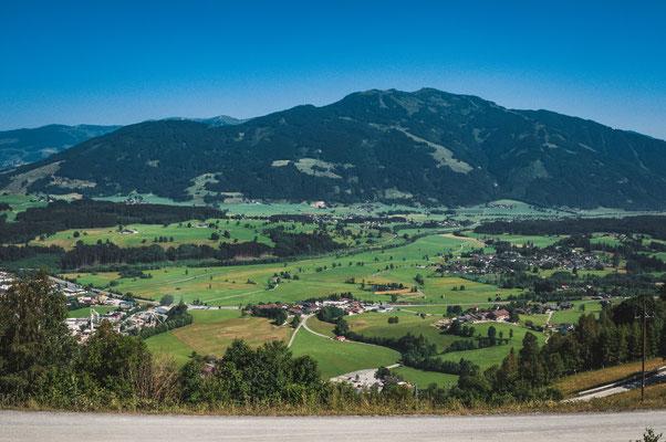 Aussicht vom Berg aus auf die Städtchen Kehlbach in Österreich