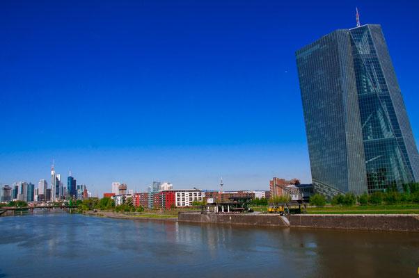 Blick auf die Europäische Zentralbank von Frankfurt am Main und der Osthafen-Siedlung